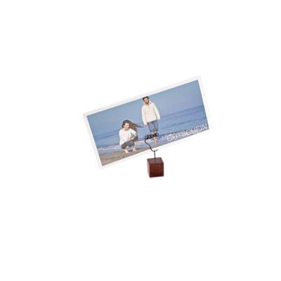 Porte photo en forme de pied sur base en bois